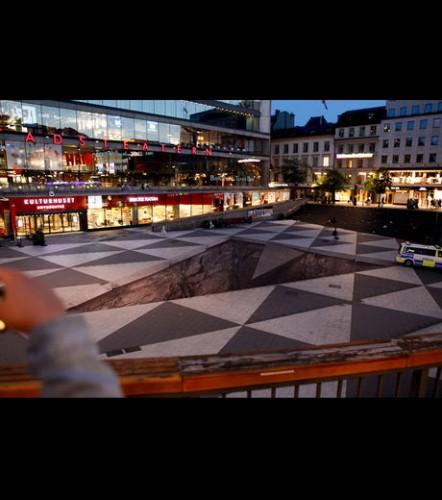 l-oeuvre-d-erik-johansson-a-ete-erigee-sur-la-place-de-sergels-torg-a-stockholm-en-suede_46542_w460.jpg